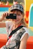 女孩采取年轻人的移动电话照片 库存照片