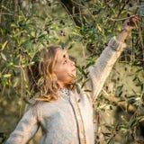 女孩采摘橄榄 免版税图库摄影