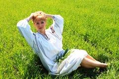 女孩金发碧眼的女人在春天乌克兰刺绣的 图库摄影