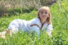 女孩金发碧眼的女人在春天乌克兰刺绣的 库存图片