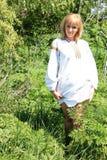 女孩金发碧眼的女人在春天乌克兰刺绣的 免版税库存照片