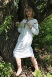 女孩金发碧眼的女人在春天乌克兰刺绣的 免版税库存图片
