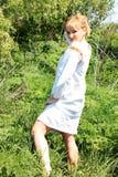 女孩金发碧眼的女人在春天乌克兰刺绣的 库存照片