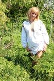 女孩金发碧眼的女人在春天乌克兰刺绣的 免版税图库摄影
