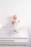 女孩钢琴白色 免版税图库摄影