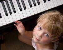 女孩钢琴 免版税库存照片