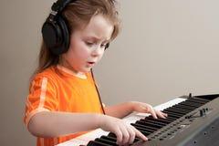 女孩钢琴 免版税库存图片