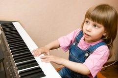 女孩钢琴作用 免版税库存照片