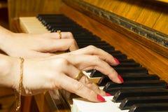 女孩钢琴使用 库存照片