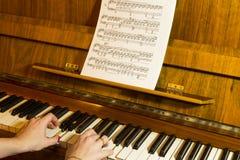 女孩钢琴使用 图库摄影