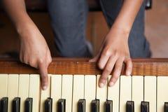 女孩钢琴使用 免版税图库摄影