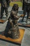 女孩铜雕塑伦布兰特广场的在一个晴天在阿姆斯特丹 免版税库存照片