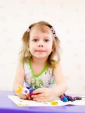 女孩铸造彩色塑泥 图库摄影
