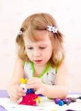 女孩铸造彩色塑泥 免版税库存照片