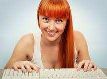 女孩键入的键盘 图库摄影