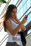 女孩键入的sms,发短信 库存照片