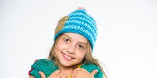 女孩长的头发愉快的面孔白色背景 哪些织品将保持您最温暖这个冬天 帽子和围巾保持温暖 免版税库存图片