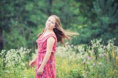女孩长的头发夏天草甸 免版税库存照片