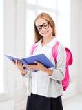 女孩阅读书在学校 库存照片