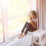 女孩阅读书在家 库存照片