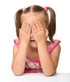 女孩隐藏演奏寻求的一点 免版税库存图片