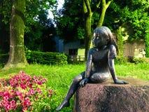 女孩雕塑  库存图片