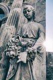 女孩雕象在公墓 库存照片