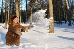 女孩雪投掷 免版税库存图片