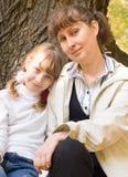 女孩青少年她的母亲 免版税库存图片