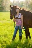 女孩青少年她的马 免版税库存图片