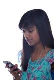 女孩青少年texting 免版税库存图片