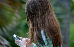 女孩青少年texting 库存照片
