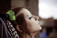 女孩非正式的姿势样式 免版税库存照片