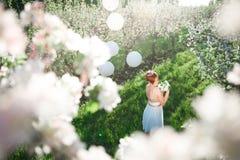 女孩顶视图在一个开花的苹果庭院里 图库摄影