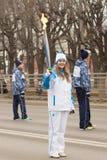 女孩领导人在手中跑与火炬在残奥火炬 图库摄影