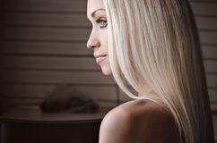女孩题材的剧烈的画象:在白色背景隔绝的一个美丽的孤独的女孩的画象在演播室 库存图片