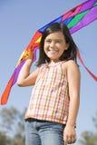女孩风筝户外微笑的年轻人 免版税库存照片