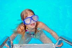 女孩风镜游泳 免版税库存照片