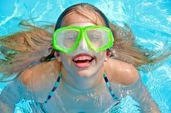 女孩风镜游泳 库存照片