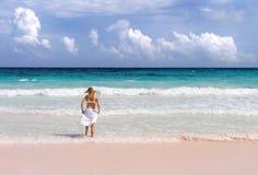 女孩飞溅海浪 库存照片
