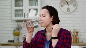 女孩饮料在厨房溶化了头疼的医学 股票录像