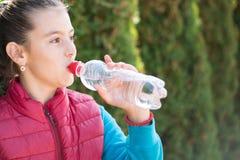 女孩饮料水 免版税图库摄影