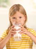 女孩饮用奶 免版税库存图片