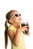 女孩饮用的可乐 免版税库存照片