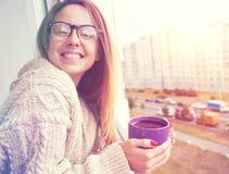 女孩饮用的咖啡在早晨阳光下 库存图片