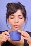 女孩饮用的咖啡 免版税库存照片