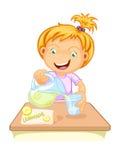 女孩饮用的汁液 免版税库存图片