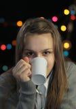 女孩饮用的茶或咖啡 库存图片