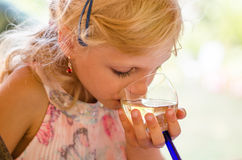 女孩饮用的饮料 免版税库存图片