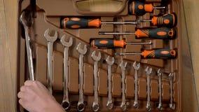 女孩首先采取在工具箱的最大的扳手,修理构想,顶面射击 股票视频